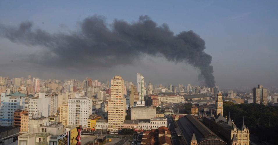 17.set.2012 -Coluna de fumaça na altura da favela do Moinho, atingida por um incêndio na manhã desta segunda-feira (17), embaixo do viaduto Engenheiro Orlando Murgel, em Campos Elísios, no centro de São Paulo