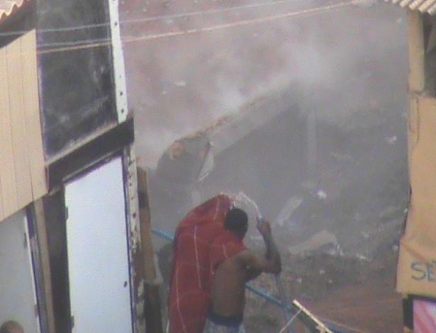 17.set.2012 Incêndio atinge a favela do Moinho, em São Paulo, na manhã desta segunda-feira (17). O fogo se concentra num ponto embaixo do viaduto Engenheiro Orlando Gurgel, no centro da cidade
