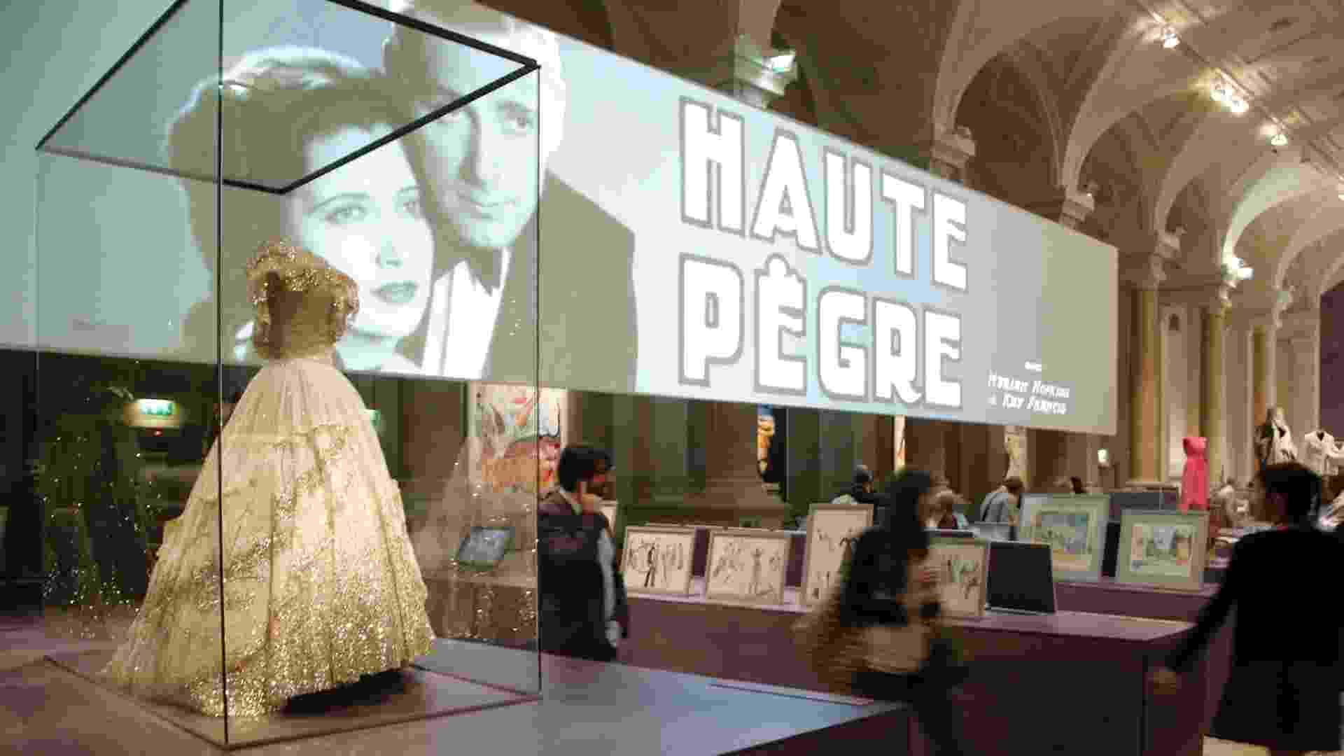 """A exposição """"Paris Vista por Hollywood"""" mostra o fascínio de Hollywood com Paris através de filmes, figurinos e cartazes. Paris já apareceu em filmes de Hollywood mais de 800 vezes desde 1900, tornando-se a cidade estrangeira mais exibida na indústria cinematográfica americana (17/9/12) - AFP PHOTO / MARTIN BUREAU"""