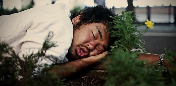 """Em sua maioria, diz Storey, os dorminhocos se aconchegam em qualquer canto por estarem """"bêbados, exaustos ou terem perdido o último trem para casa? - Adrian Storey"""