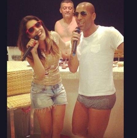 Emerson Sheik ataca de cantor e exibe sunguinha listrada no Twitter