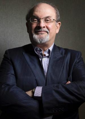 "Escritor Salman Rushdie posa para foto na divulgação de ""Midnight""s Children"" - AP Photo/The Canadian Presss, Chris Young"