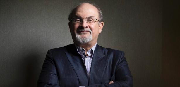 """Escritor Salman Rushdie posa para foto na divulgação de """"Midnight""""s Children"""" no Festival Internacional de Toronto (8/9/12) - AP Photo/The Canadian Presss, Chris Young"""