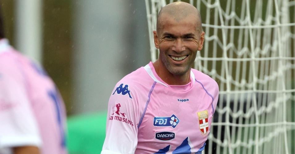 Ex-jogador Zidane participa de uma partida festiva do Evian, clube do qual é sócio (22/07/2012)