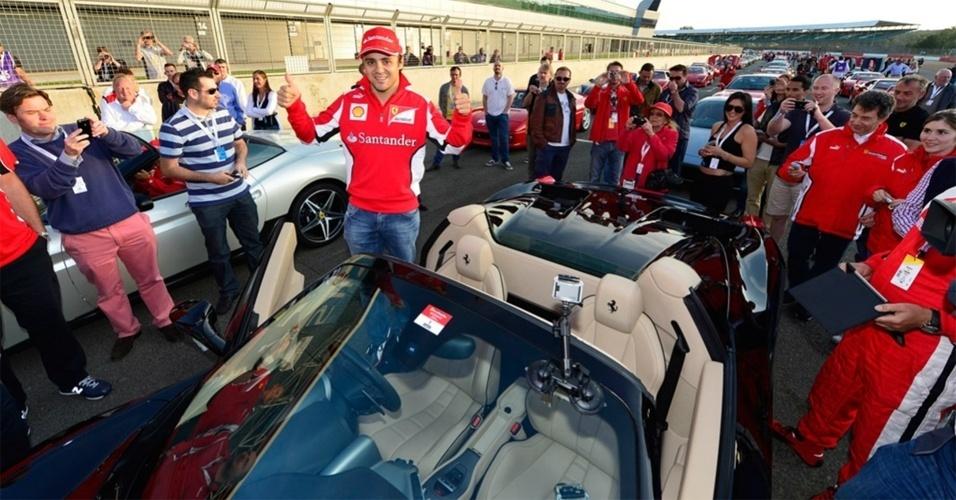 Felipe Massa posa com uma 458 Spider antes de liderar desfile com 964 Ferraris em Silverstone, recorde da marca