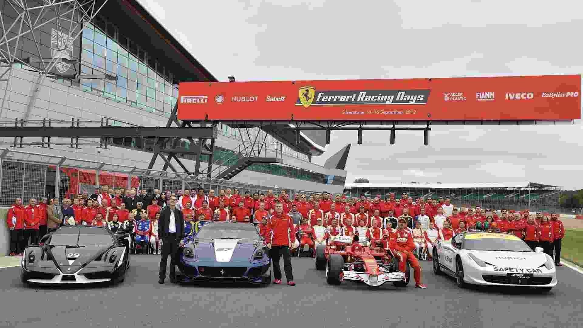 Ferrari reúne 964 carros em Silverstone (Inglaterra) para bater o recorde do Guinness Book -- a marca anterior era de 490 carros, em Fuji (Japão), em 2008. O brasileiro Felipe Massa participou a bordo da 458 Spider - Newspress