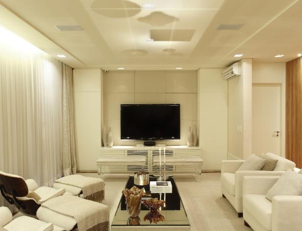 O home theater ideal tem iluminação diferenciada e isolamento por cortinas para exibições de qualidade - Denílson Machado/ Divulgação