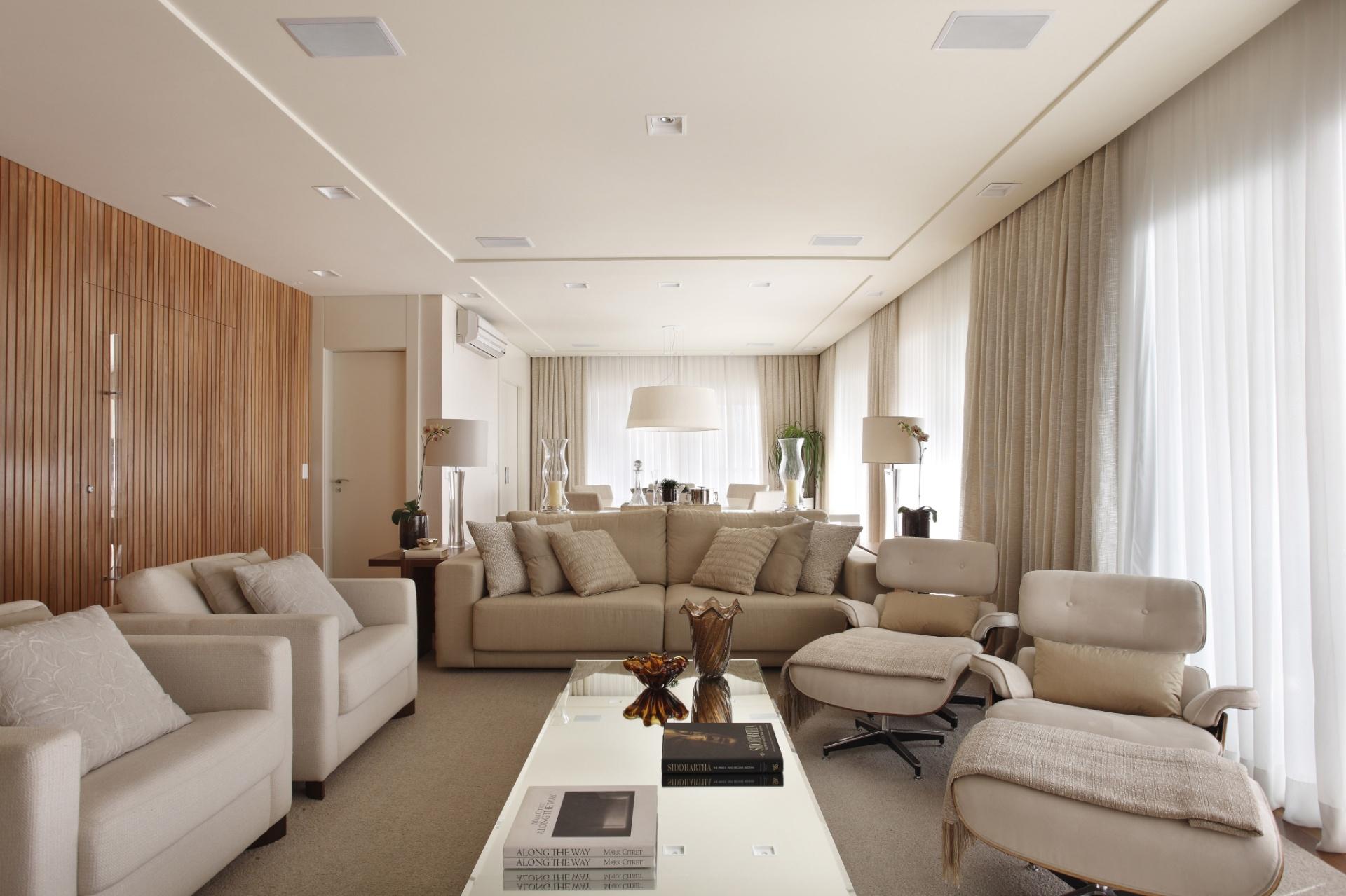 No home theater, projetado pela arquiteta Debora Aguiar, conforto total com estofados aconchegantes e práticos. Além de abrigar os usuários, o sofá também delimita o espaço e o separa da sala de jantar