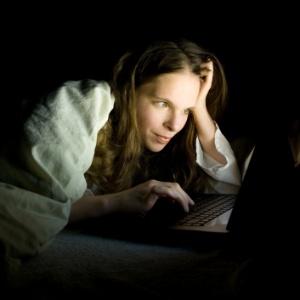 Imagem ilustrativa mostra hábito cada vez mais comum: o de usar equipamentos eletrônicos antes de dormir