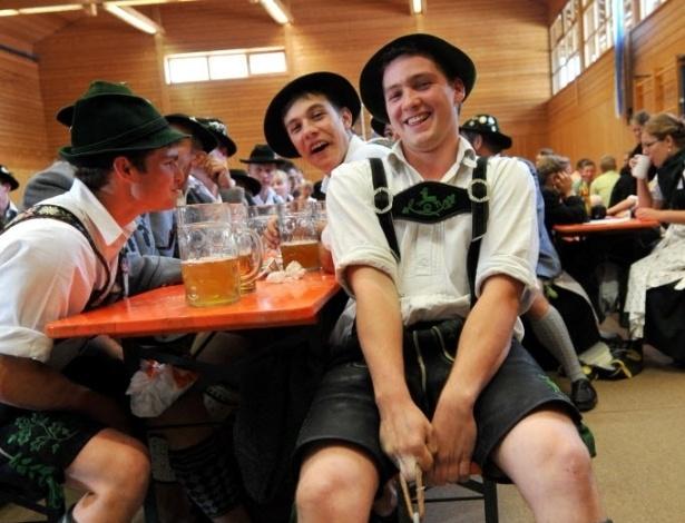 Na competição alemã, os participantes competiram utilizando trajes típicos