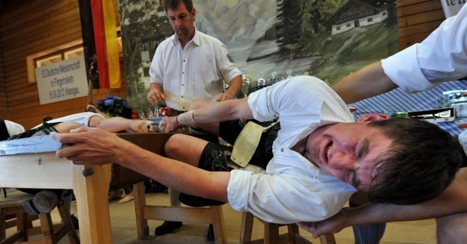 O bizarro esporte consiste em uma luta de dedos, em que os participantes precisam fazer muita força