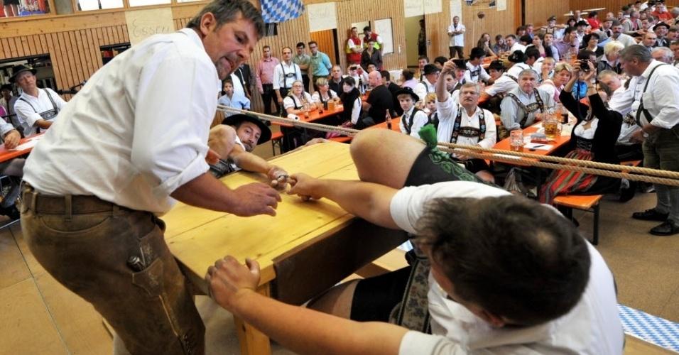 O campeonato de luta de dedos na Alemanha, oficialmente conhecido como German Finger Wrestling Championship, contou com a participação de mais de 150 homens