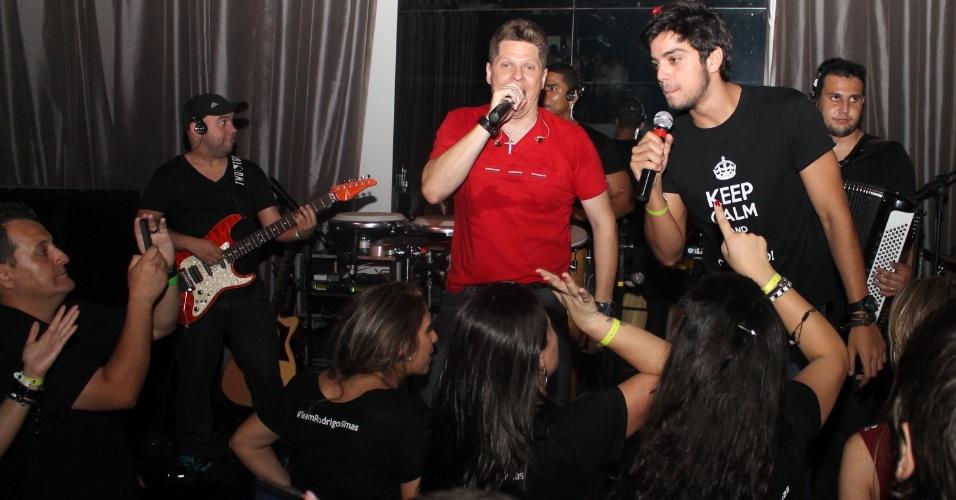 """Rodrigo Simas canta no palco de casa nortuna de SP em festa do quadro """"Dança dos Famosos"""" (16/9/12)"""