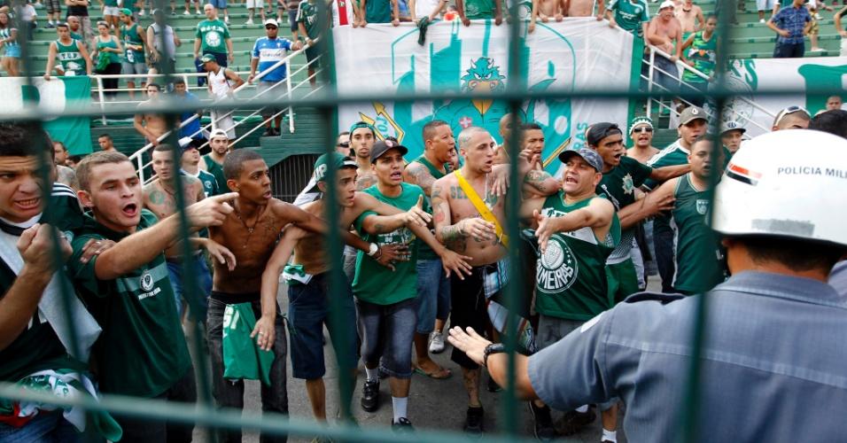 Torcida do Palmeiras é contida por policiais durante clássico contra o Corinthians