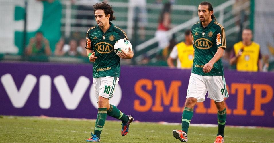 Valdivia e Barcos caminham após gol anulado do Palmeiras no clássico diante do Corinthians