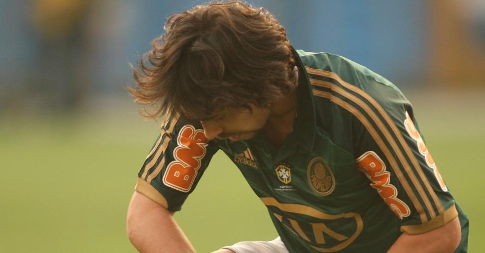 Valdivia se levanta após falta sofrida em clássico contra o Corinthians