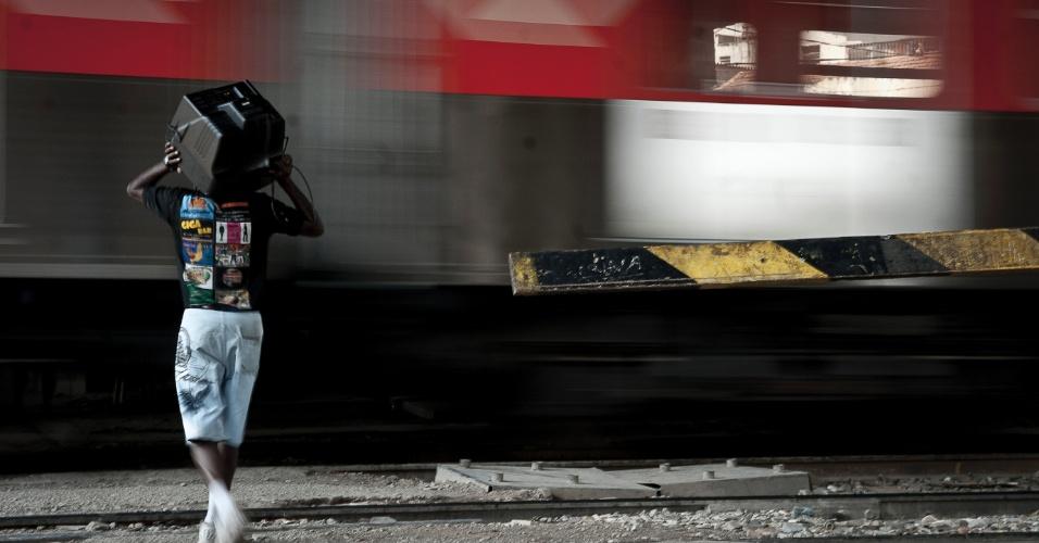 18.set.2012 - Morador consegue salvar televisão, um dia após o incêndio na favela do Moinho, na região central de São Paulo. É a segunda vez em menos de um ano que a comunidade, erguida sob o Viaduto Orlando Murgel, é atingida por um incêndio