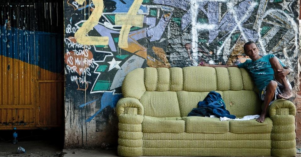 18.set.2012 - Sentado em um sofá, morador observa os estragos na favela do Moinho, na região central de São Paulo, um dia após o incêndio que provocou a morte de uma pessoa e deixou cerca de 50 famílias desabrigadas. É a segunda vez em menos de um ano que a comunidade, erguida sob o Viaduto Orlando Murgel, é atingida por um incêndio