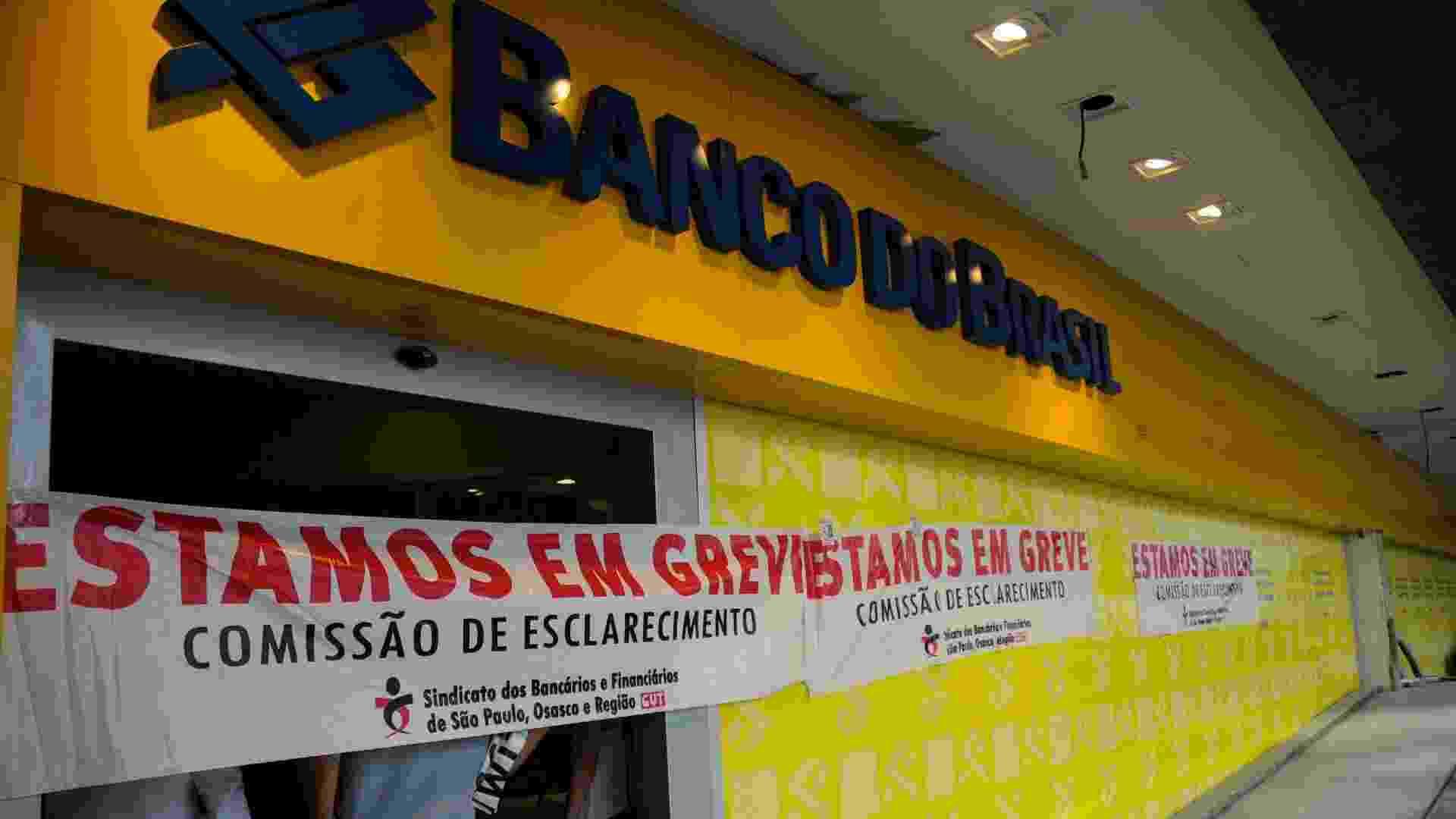 18.set.2012 - Agência do Banco do Brasil na Avenida Paulista amanhece em greve - Tércio Teixeira/Futura Press