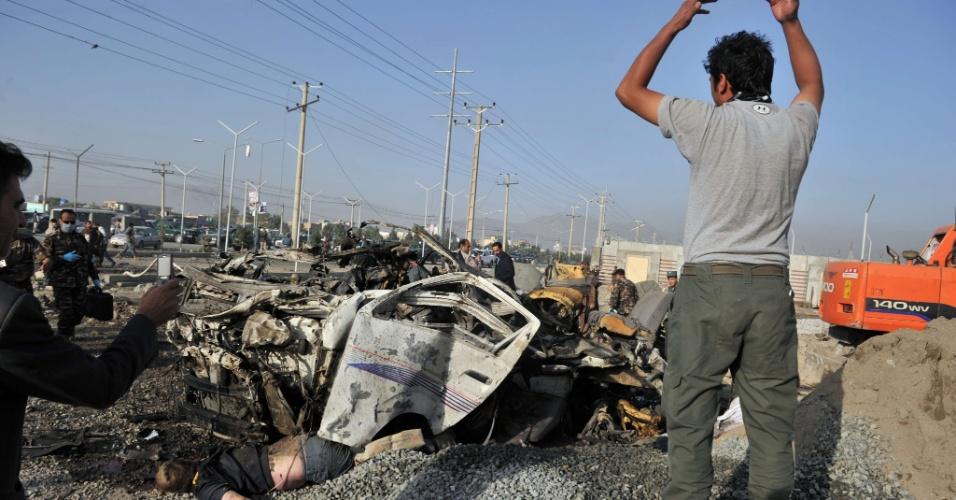 18.set.2012 - Homem olha corpo de vítima de atentado suicida em Cabul, no Afeganistão. Uma mulher-bomba matou 12 pessoas em ataque motivado por filme anti-Islã