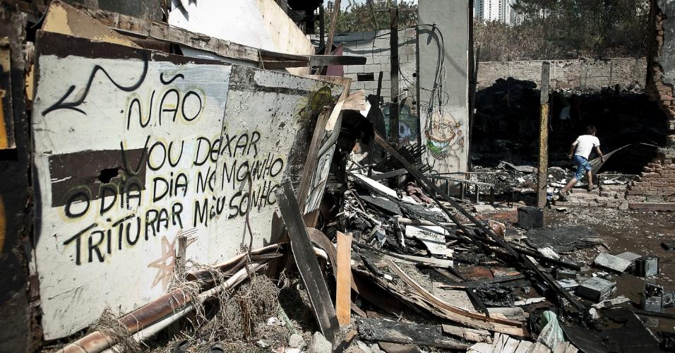 18.set.2012 - Mensagem de otimismo é vista em uma parede da favela do Moinho, na região central de São Paulo, um dia após o incêndio que provocou a morte de uma pessoa e deixou cerca de 50 famílias desabrigadas. É a segunda vez em menos de um ano que a comunidade, erguida sob o Viaduto Orlando Murgel, é atingida por um incêndio