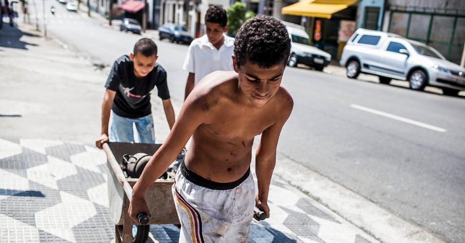 18.set.2012 - Moradores levam objetos para vender nesta terça-feira (18) após incêndio que atingiu na favela do Moinho ontem (17), no centro de São Paulo