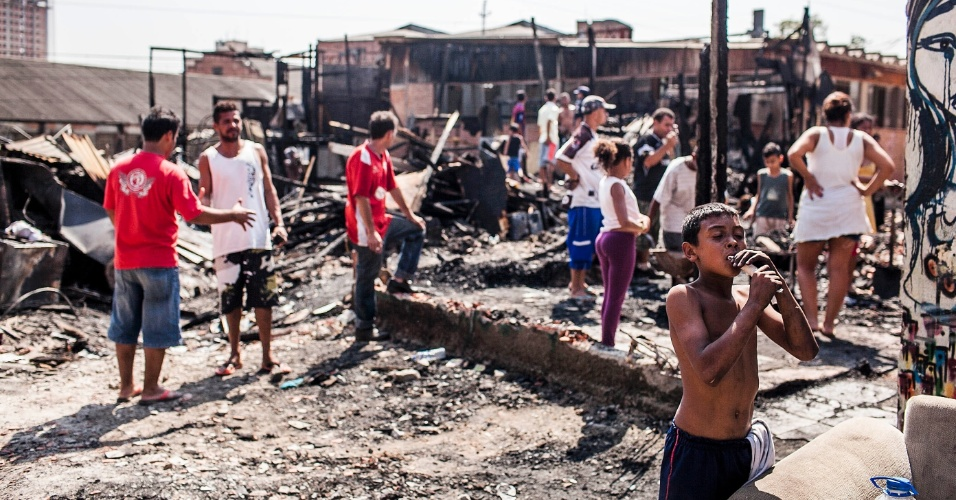 18.set.2012 - Moradores observam estragos nesta terça-feira (18) na favela do Moinho, no centro de São Paulo, após incêndio que atingiu o local ontem (17)