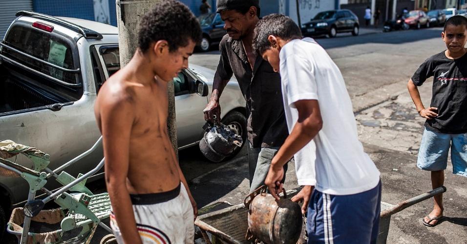 18.set.2012 - Moradores tentam vender objetos nesta terça-feira (18) após incêndio que atingiu na favela do Moinho ontem (17), no centro de São Paulo