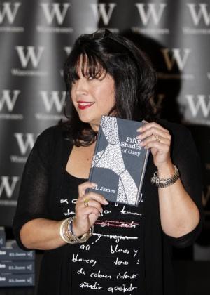 """A escritora britânica E.L. James com cópia do livro """"Cinquenta Tons de Cinza"""" em livraria de Londres, no Reino Unido  - Karel Prinsloo/Efe"""