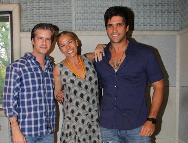 Adriane Galisteu posa entre os cantores sertanejos Victor (esq) e Leo (dir) antes de gravar om eles na rádio Bandeirantes (18/9/12)