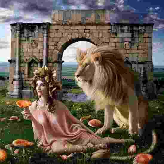 """As imagens vão além da estética e representam um mergulho na história. """"As vidas fascinantes das figuras reais apresentaram um novo desafio para mim ao utilizá-los como base de uma série fotográfica complexa"""", disse Sinclair. Aqui está retratada a imperatriz romana Agripina, a jovem (14 DC - 53 DC) que se casou com seu tio, Cláudio. Acredita-se que ela tenha matado o marido por envenenamento, o que levou Nero ao poder na Roma antiga. O título é """"a venenosa"""" - Alexia Sinclair"""