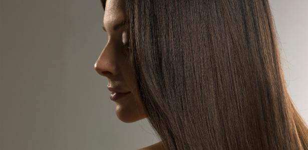 Não é preciso arriscar a saúde e se submeter a tratamentos com formol para ter cabelos lisos; já existem inúmeras opções eficazes de alisamento sem o ativo que expõe cliente e cabeleireiro a riscos - Thinkstock