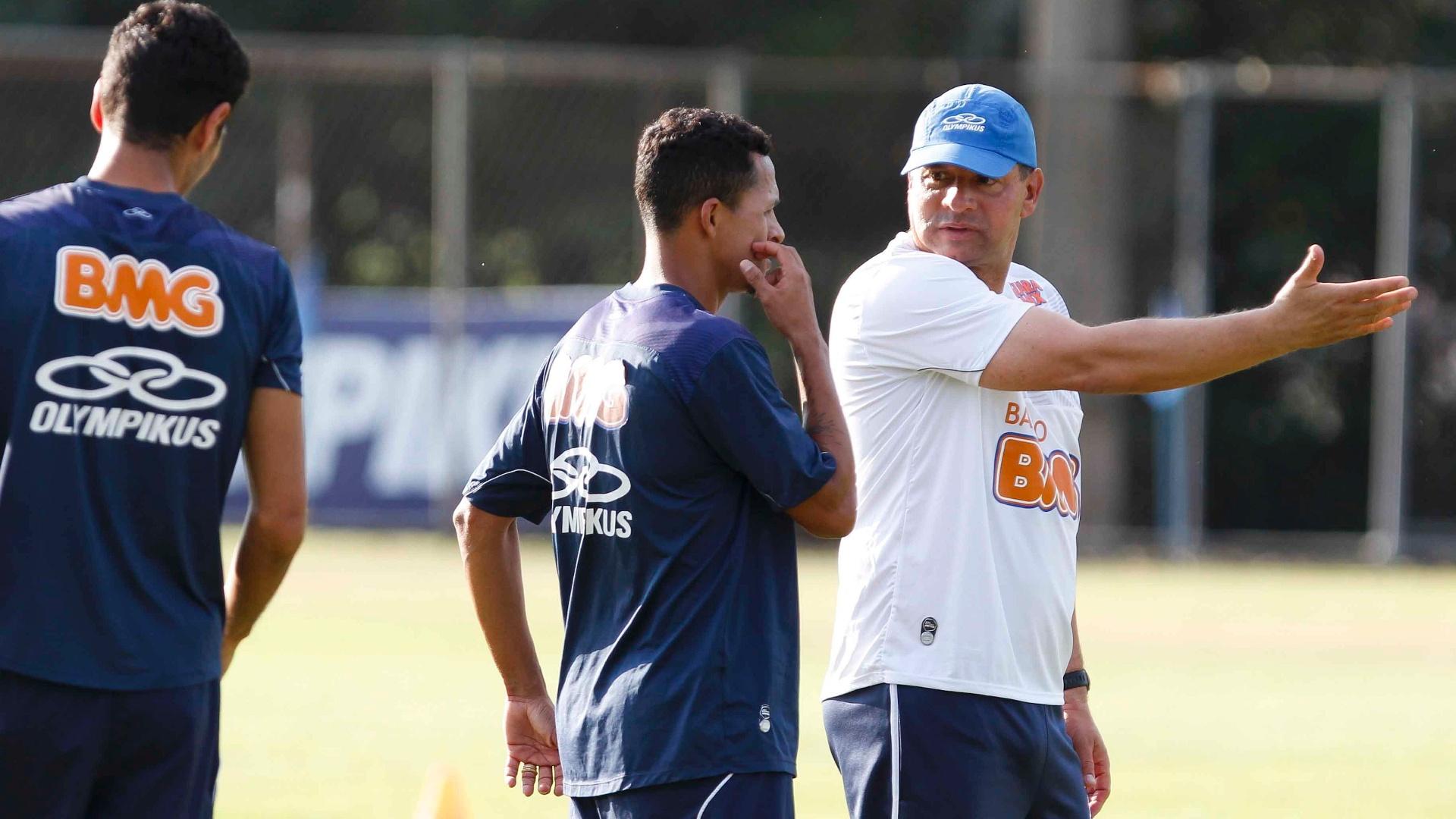 Celso Roth orienta jogadores do Cruzeiro na Toca da Raposa II (18/9/2012)