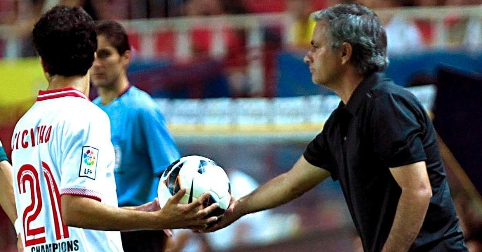 Cicinho, lateral-ex Palmeiras e hoje no Sevilla, recebe a bola das mãos de José Mourinho