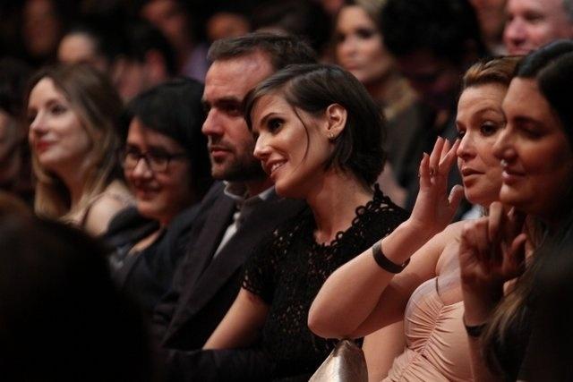 Deborah Secco e o marido Roger na plateia do 7º Prêmio Contigo! de Cinema, que aconteceu no Jardim Botânico, no Rio (17/9/12)