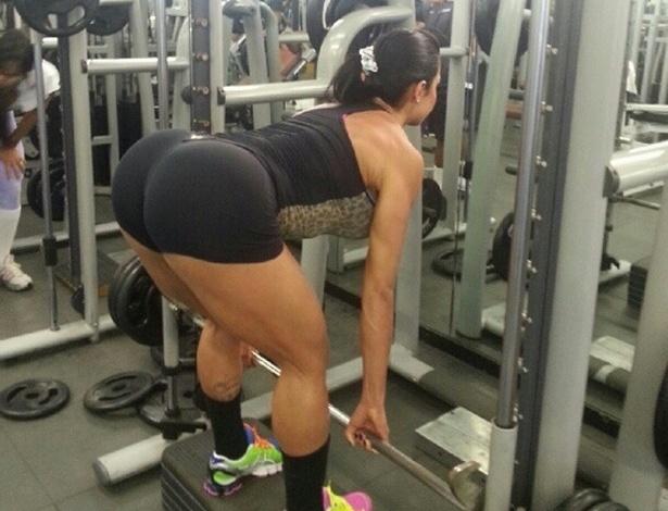 """Gracyanne Barbosa postou no Twitter uma imagem mostrando como está mantendo o corpo enxuto na academia. """"Treino hoje com foco no biceps femural"""", escreveu a Rainha de Bateria da Mangueira (17/9/12)"""