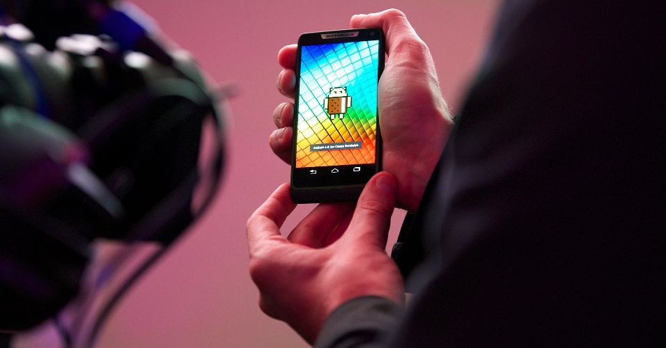Homem testa smartphone Motorola Razri com processador Intel durante evento da companhia realizado em Londres (Reino Unido). O modelo, feito para para a Europa e América Latina, deve chegar ao mercado em outubro. O aparelho será o primeiro com chip Intel (que é especializada na fabricação de chips para computadores) disponível no Brasil. O Razri tem tela de 4,3 polegadas, processador Intel Atom dual-core, sistema Android 4.0 (que vai ser atualizado, em breve, para JellyBean), câmera de 8 megapixels e bateria de 2.000 mAh -- o que, segundo a empresa, dá uma autonomia de 20 horas