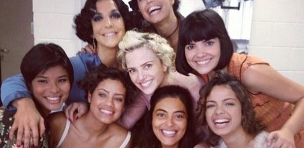 Ivete Sangalo tira foto com elenco feminino de