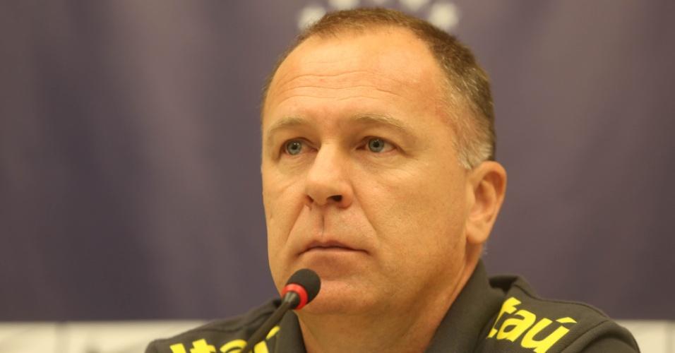 Mano Menezes também falou na coletiva que precedeu o treino da seleção brasileira desta terça-feira