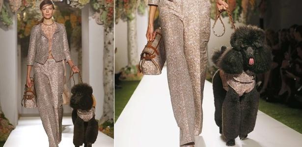 Modelo desfila com cachorro para o Verão 2013 da Mulberry na semana de moda de Londres (18/09/2012) - Reuters