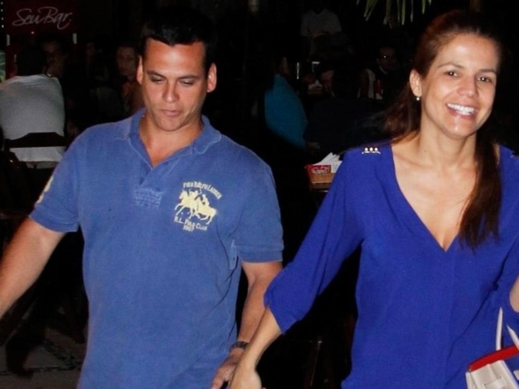 Nívea Stelmann beija seu novo namorado, o empresário Leonardo Conrado, na Barra da Tijuca, Rio de Janeiro (17/9/12)