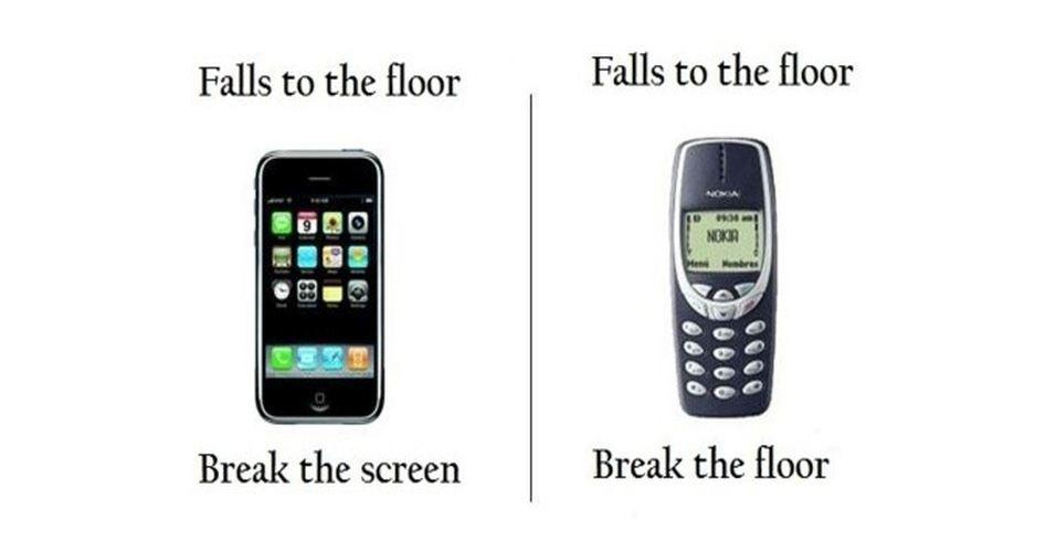 """O antigo telefone da Nokia (a direita) virou meme por causa da sua resistência. O telefone foi comparado com inúmeras coisas, inclusive com o iPhone. Na imagem, a legenda em cima do iPhone (esquerda) diz """"Cai no chão... Quebra a tela"""", a direita, sobre o Nokia: """"Cai no chão... Quebra o chão"""""""