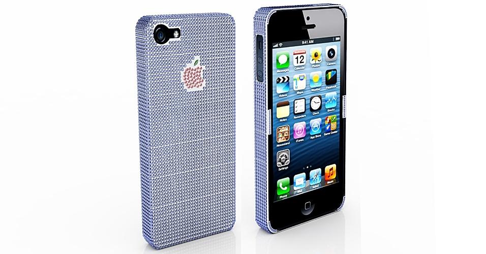 Os US$ 650 (R$ 1.315) do iPhone 5 desbloqueado com 16 GB podem virar US$ 100,6 mil (cerca de R$ 203,7 mil) caso você decida investir pesado na capinha do aparelho. Isso mesmo: um acessório de US$ 100 mil (R$ 202,4 mil). A empresa de joias Natural Sapphire, que oferece a novidade, afirma que a capa é feita de ouro branco e cravejada de safiras (2.830 pedras azuis). Já o logo da Apple é composto por rubis (38 pedras vermelhas) e mais safira (a folha verde). No anúncio da novidade, a empresa brinca, dizendo ter achado que ''falta algo'' na novidade da Apple
