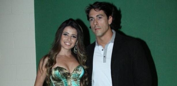 """Paula Fernandes e o namorado dentista Henrique Novale, 33, participam do """"Prêmio Multishow"""""""
