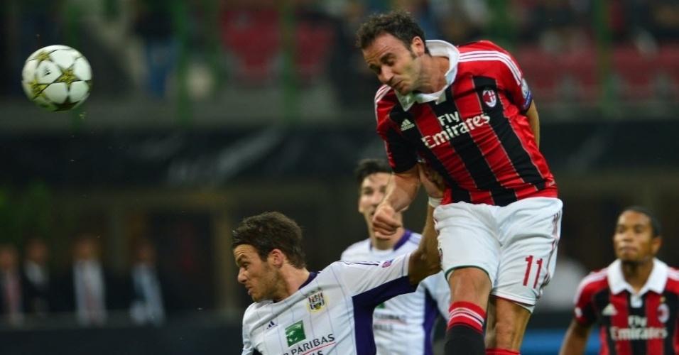 Pazzini, jogador do Milan, tenta o lance no duelo contra o Anderlecht pela Liga dos Campeões