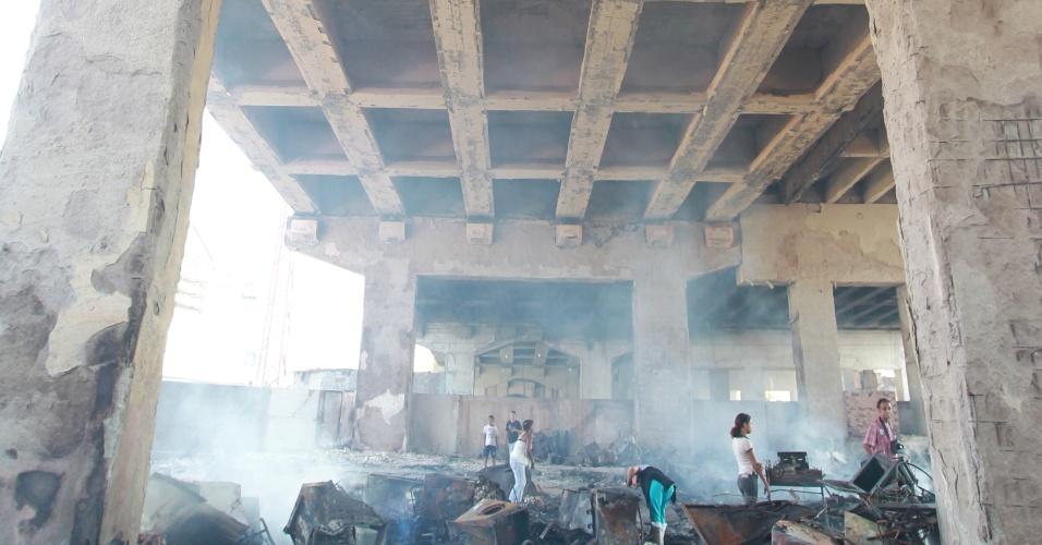 18.set.2012 - Estrutura do viaduto Orlando Murgel, na região central de São Paulo, ficou danificada pelo incêndio na favela do Moinho. Prefeitura liberou três faixas do viaduto nesta quarta-feira (19)