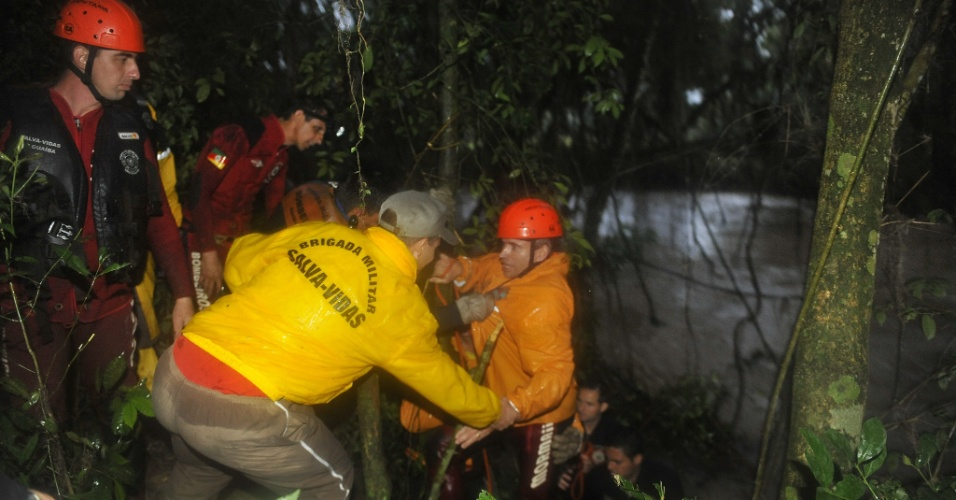 19.set.2012 - Bombeiros resgatam desparecidos após fortes chuvas em Barra do Ribeiro, no Rio Grande do Sul