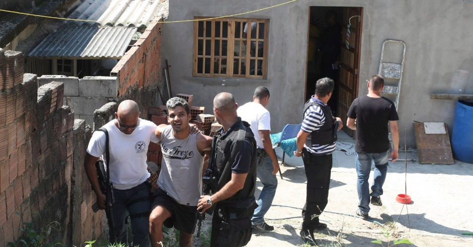 19.set.2012 - Danilo Machado Valverde, acusado de transportar os seis jovens mortos na chacina de Chatuba, é preso no Rio de Janeiro