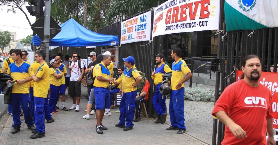 19.set.2012 - Funcionários dos correios de Curitiba aderem à greve da categoria