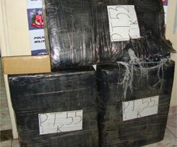 """19.set.2012 - A Polícia Militar apreendeu 162 kg de maconha que estavam com um mecânico foragido da Justiça, em Águas de Prata, distante 227 km de São Paulo. Ele """"furou"""" um bloqueio e foi perseguido pela polícia. A droga estava escondida no porta-malas do carro"""